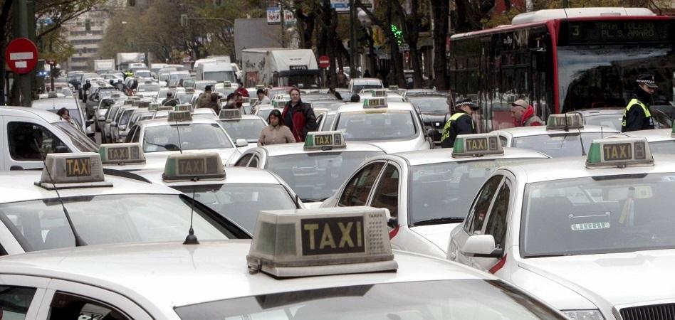 Ley para 'salvar' al taxi: el Gobierno planea limitar a Uber y Cabify y 'noquear' al Tribunal Supremo