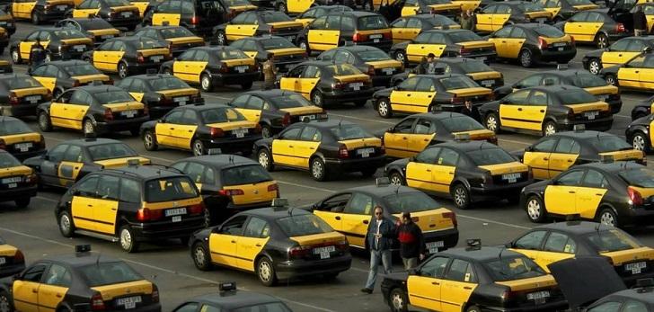 Cataluña reduce a quince minutos la precontratación de un VTC y el taxi declara una huelga indefinida